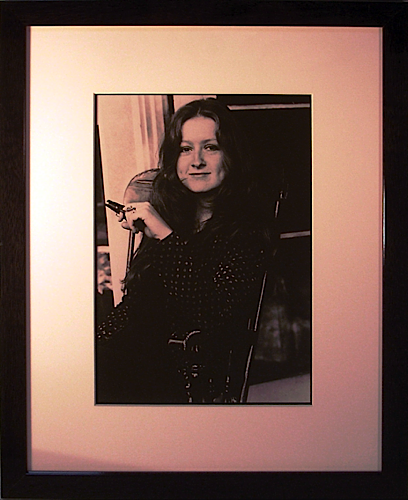 Bonnie Raitt photo (holding a gun)